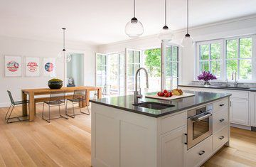 Quarter-sawn+white-oak+flooring+joins+a+custom+solid-oak+table+in+the+kitchen-dining+area+of+an+LEED-platinum-certified+house+near+Boston+by+ZeroEnergy+Design.+Photograph+by+Eric+Roth